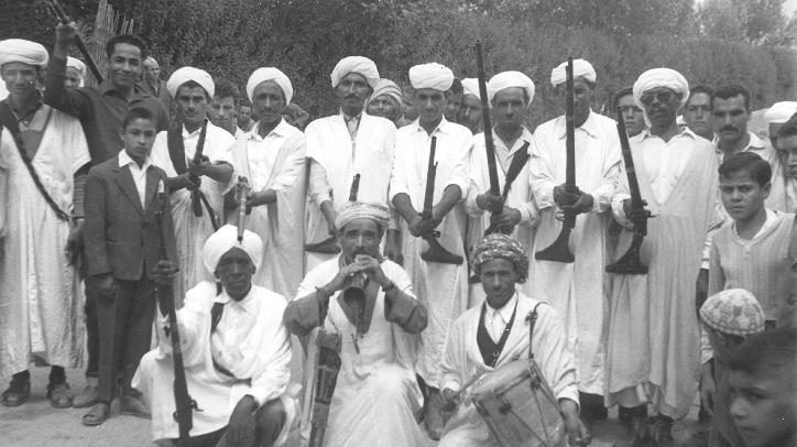 Joueurs de Ghaita et tbel, au milieu d'un groupe de fusiliers. Dans le pays Jbala et certaines parties du Rif, les danseurs utlisaient leurs fusils comme support, tournant autour et tirant des volées de balle pour ponctuer la musique.
