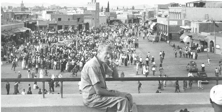 Paul Bowles, pépouze sur la terrasse du café Glacier, surplombe la place Djéma el Fna de Marrakech.