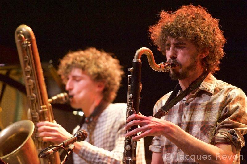 Jean Dousteyssier, à droite. A gauche, un énorme saxophone et Benjamin Dousteyssier.