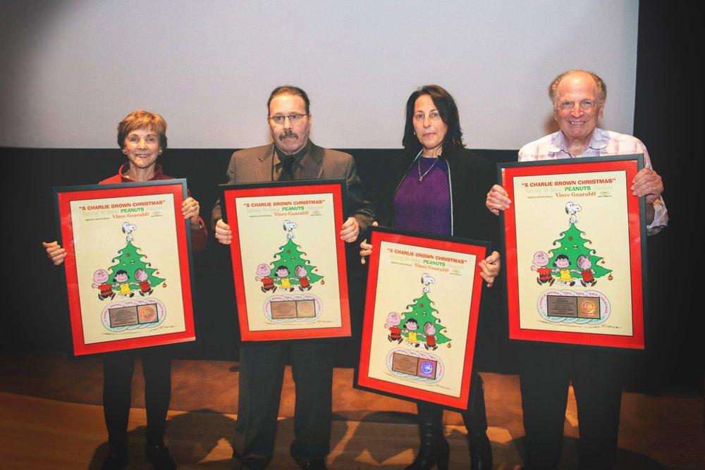 Jeannie Schulz (veuve de Charles Schulz), David et Dia (enfants de Vince Guaraldi) et Lee Mendelsson, producteur des dessins animés  Peanuts