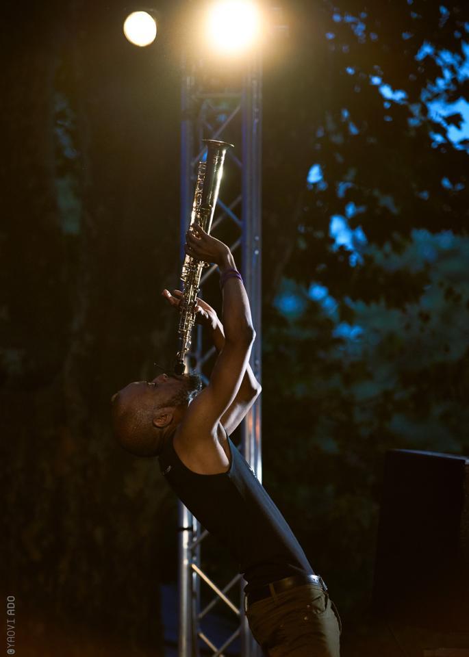Jowee Omicil invoquant les dieux. Sa position préférée sur scène. © Yaovi Ado