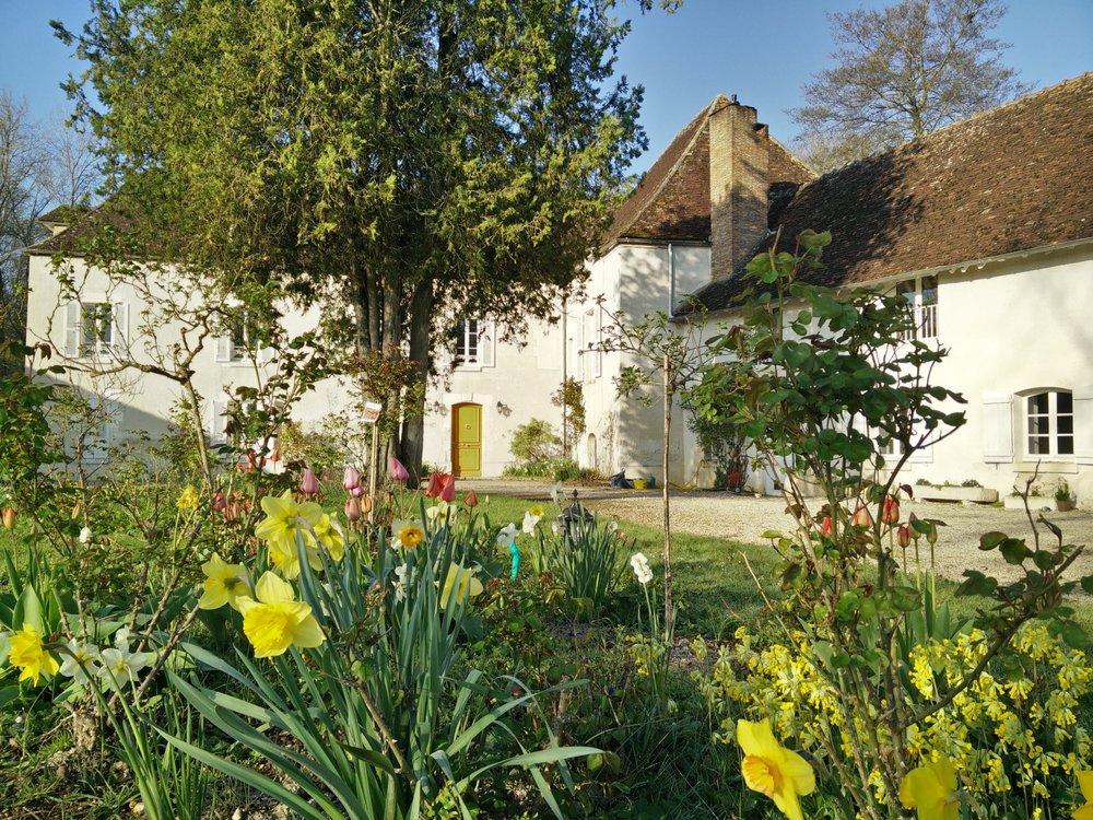 La Barbotière - vue du jardin au printemps