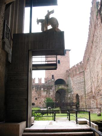 图3 Castelvechhio的Cangrande della Scala雕像