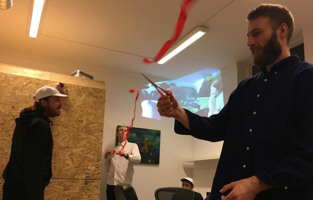 FØDSELSDAG: Olav Friisberg (f.v.), redaktør Peter Daatland og dokumentarist Lars Kristian Øverland markerer åpningen på vårt tredje leveår.