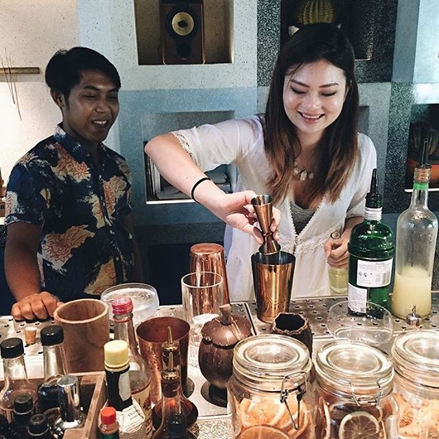 Check it out! @harpersbazaarmy BAZAAR's Sub-Editor @exquisitefox making her own cocktails at a private master class with our mixologist Hary Wahyudi. ➖➖➖ For those who want to experience our master classes, join us this Thursday at 6.30PM at Akademi.  #akademibar #mixology #cocktails #bali #masterclass #bar