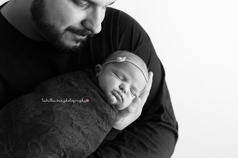 pictures-of-baby-with-dad-in-cleveland-ohio-best-newborn-photographer-near-cleveland-ohio-44130BW.png