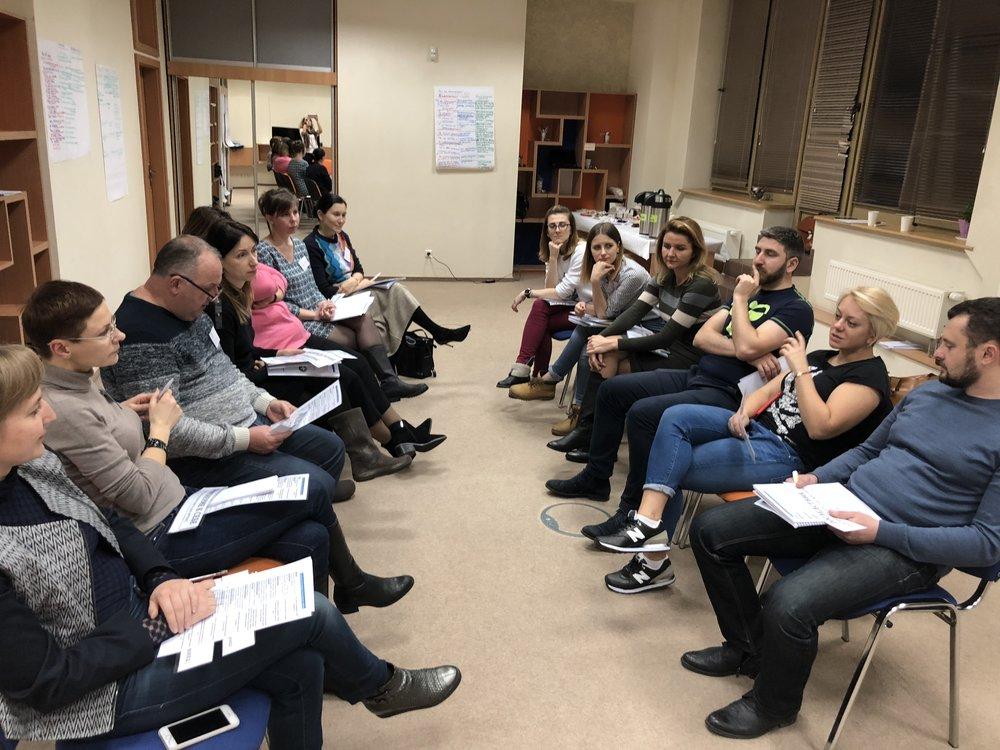 панельная дискуссия, переговорщики аргументируют свою позицию использую фокусы языка