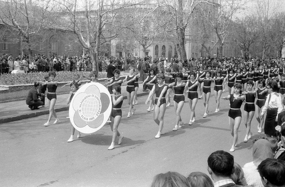 Fotó: Lehel vezér tér, május 1-i felvonulás, Jászberény, Magyarország, 1964. Morvay Lajos felvétele © Fortepan / Morvay Kinga