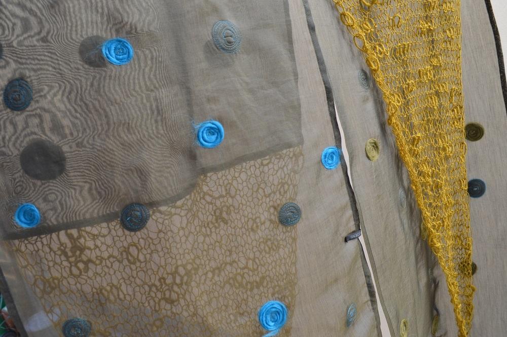 detajl oblačila - vezenine in polstenje