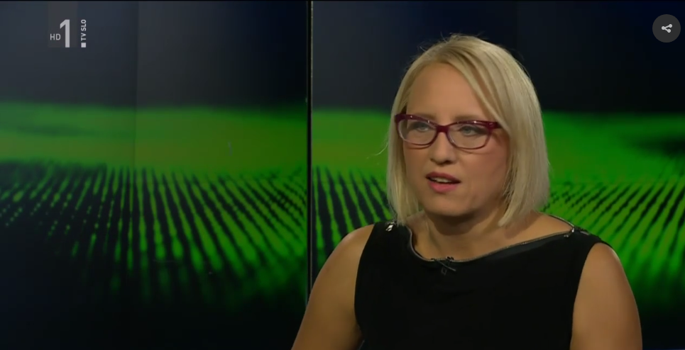 Novinarka RTVSLO  Ksenija Horvat  v oddaji Profil nosi  obleko NI