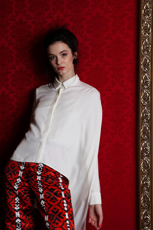 Julia Kaja Hrovat / hlače rože / 75 eur  Janja Videc / srajca bela / 127 eur  Sui / uhani / 16,90 eur