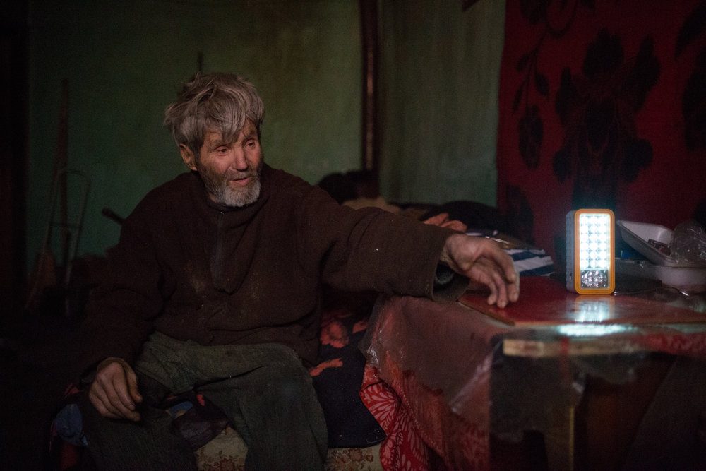 OITUZ • Despite laws to protect vulnerable consumers, Gabor Andorko (81) was disconnected from the grid for not paying his bill. Now he relies on battery-operated lights.