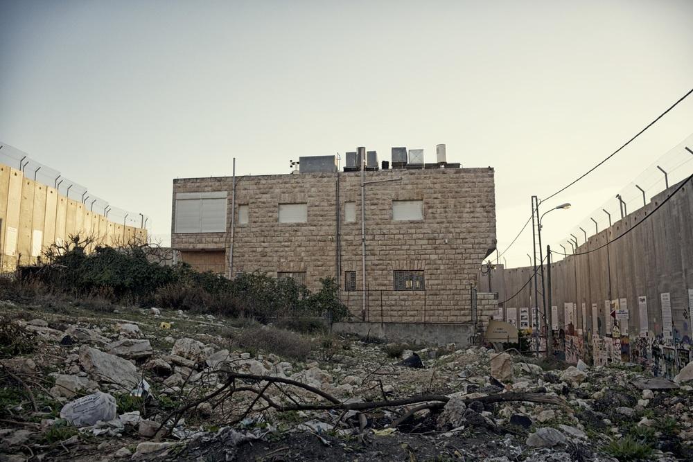 Huis aan drie zijden omsloten door de muur