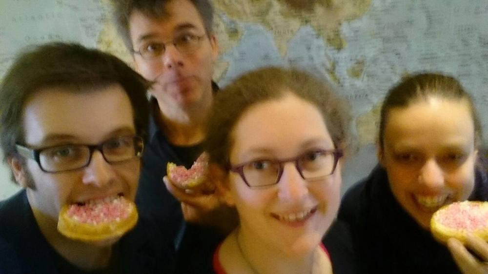 Harrie, John, Geeske en Esther van het bestuur eten beschuit met muisjes op Hadi