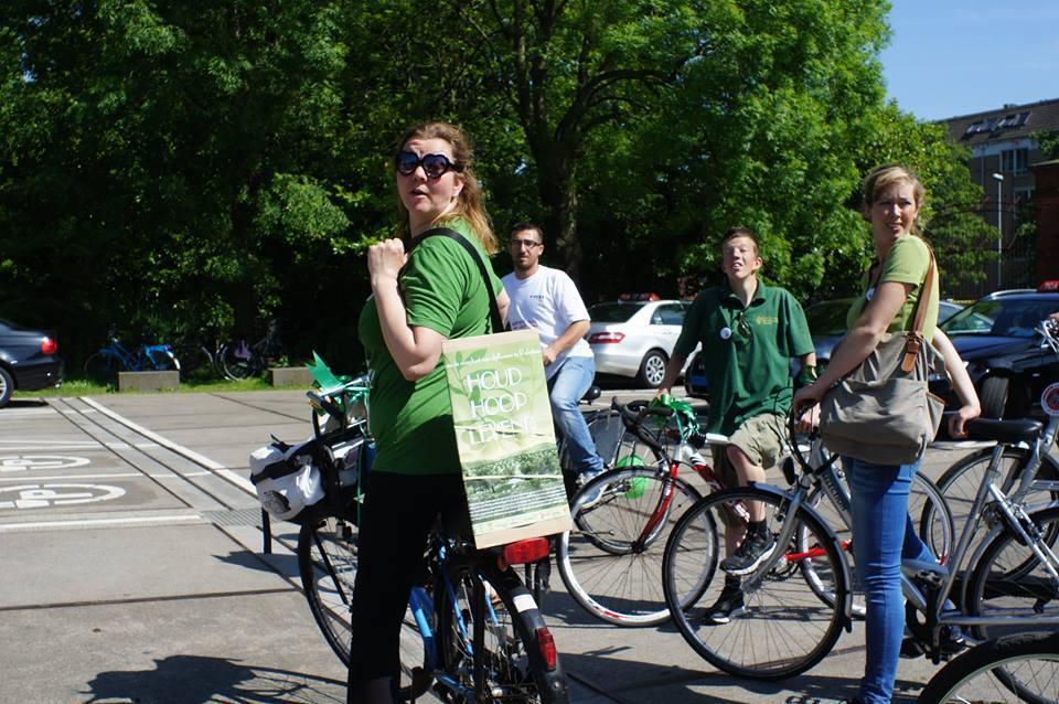 Brechtje en andere fietsers tijdens de Benefiets