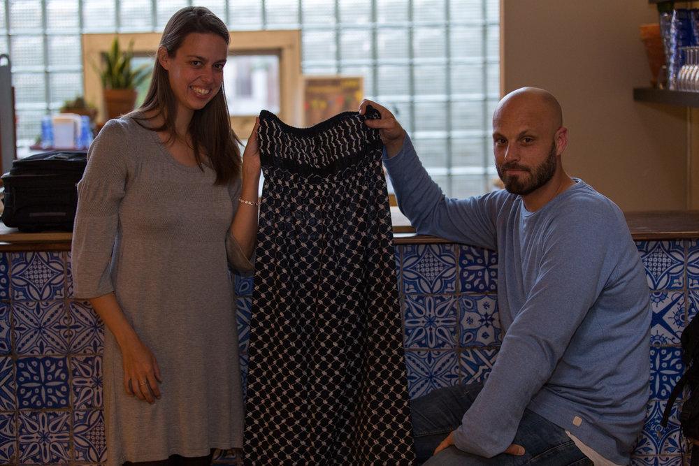 Manu van Kersbergen nam de Keffiyeh Night Dress van Disarming Design mee naar huis