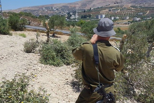 Israëlische militair legt de vernieling vast (Foto: Rabbis for Human Rights)