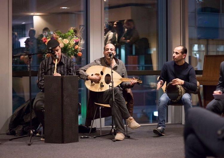 Mohammed Alsamneh op de luit. Andere muzikanten op de foto te zien zijn geen onderdeel van de groep die speelt tijdens de Beneiftar.