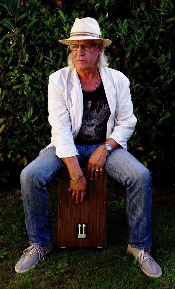 Henk van Driel op percussie
