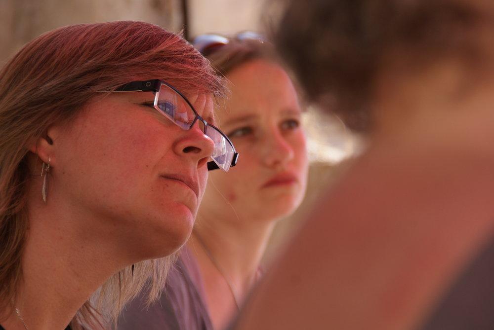Kristel en Barbara luisteren naar het verhaal van een boer tijdens een reis in Palestina