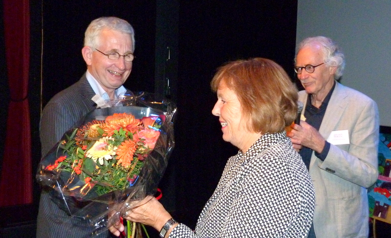 Links Henri Veldhuis, rechts Jan den Hertog en midden Lian Doornbos van de werkgroep Plant een Olijfboom in Culemborg