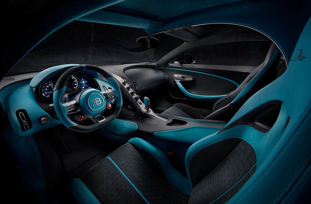 17_Bugatti-Divo_driver.jpg