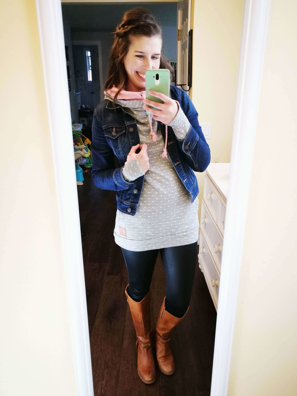 How to wear faux leather leggings. Casual outfit idea for winter or fall that covers your butt - Long cute sweatshirt hoodie with boots.