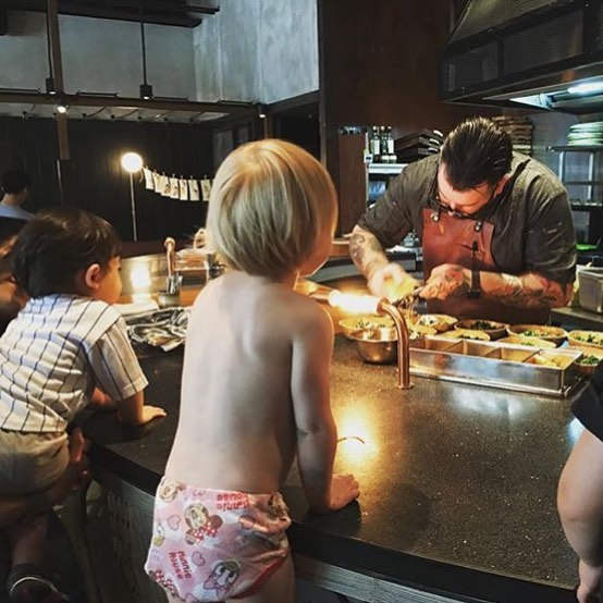No shirt, no shoes, no problem! 🤷🏽‍♀️ These #futurefoodies are *rapt* watching #chefdad hard at work at #nibbleandsqueak HK 👀 Our hosts chatted #cheflife and #dadlife wih Nate - link in profile! #parentswithpipsqueaks