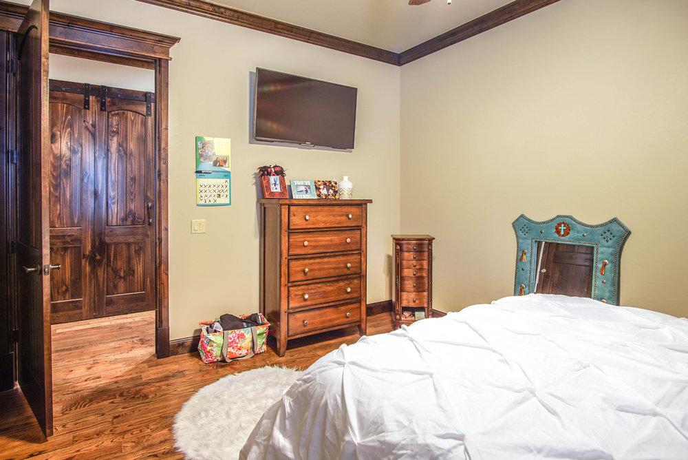 00122 Bedroom 2.jpg