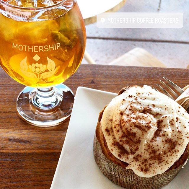 Yesterday's view included iced tea, a vegan cinnamon roll, and the company of a new friend. 💛 . . . . . . #feelinggrateful #mothershipcoffee #mothershipcoffeeroasters #teatime #icetea #vegancinnamonroll #icedtea #cinnamonroll #vegan #baristasmaketheworldgoround #newfriends #newplaces #tabletopview #onthetable #vegansweets #honestlysarcastic #freelancelife #goodpeoplegoodvibes #lblogger #lifestyleblog #lasvegasblogger #vegasblogger #lifestyleblogger