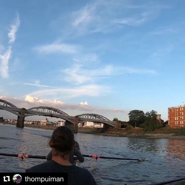 #Repost @thompuiman with @get_repost ・・・ Learn2row with @sonsofthethames tonight  #rowing #london #thames #rower