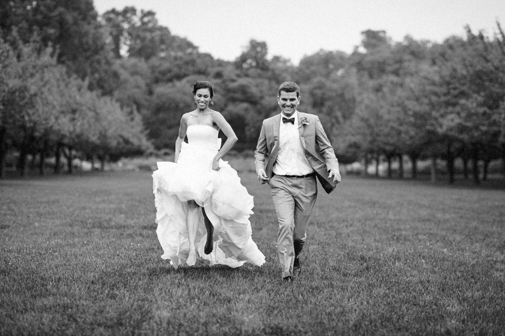 wedding-couple-running-brooklyn botanical gardens-