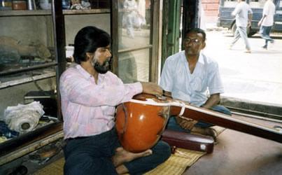 Mondal Sahib preps our tanpuras - Calcutta