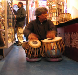 Trilok Gurtu trying out tablas