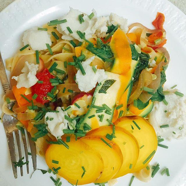 Summer Pasta with @jovialfoods gluten free tagliatelle and @miyokos_kitchen fresh VeganMozz. #vegetarian #pasta #dinner #summer #organic