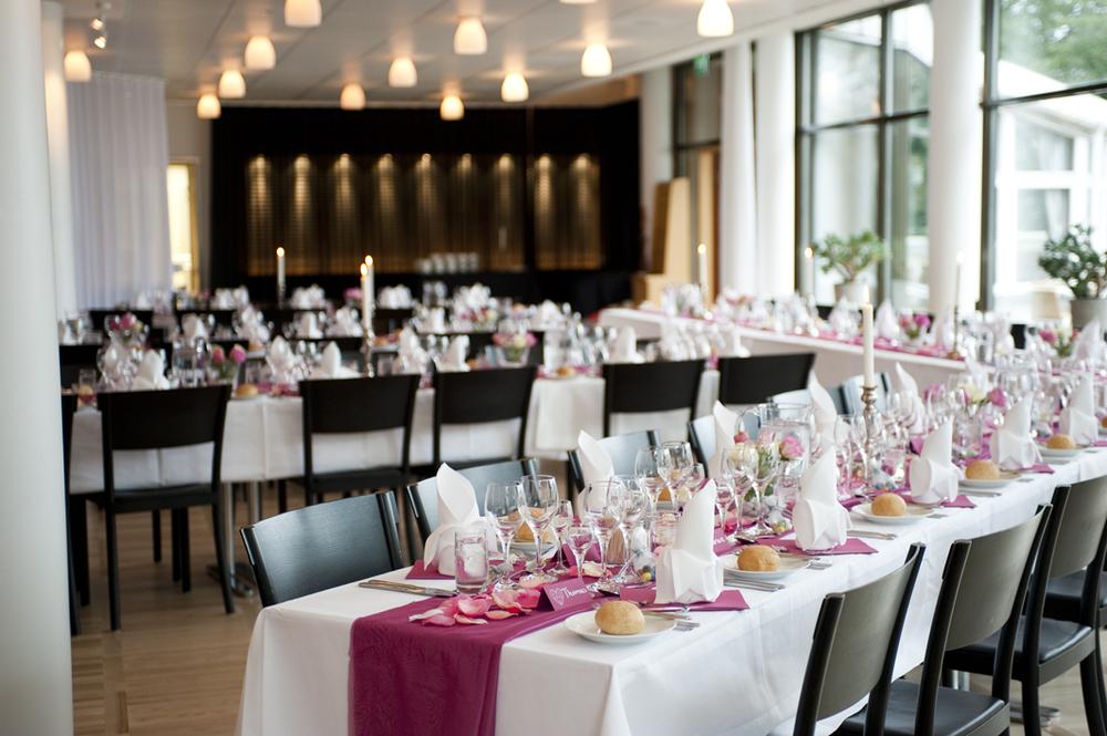 Essinge Konferenscenter har egen restaurang, bar och brygga.