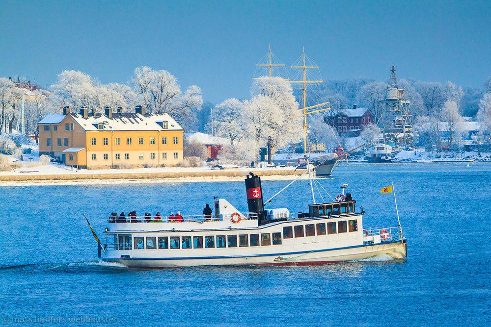 Varför inte chartra en båt genom Stockholm till oss...