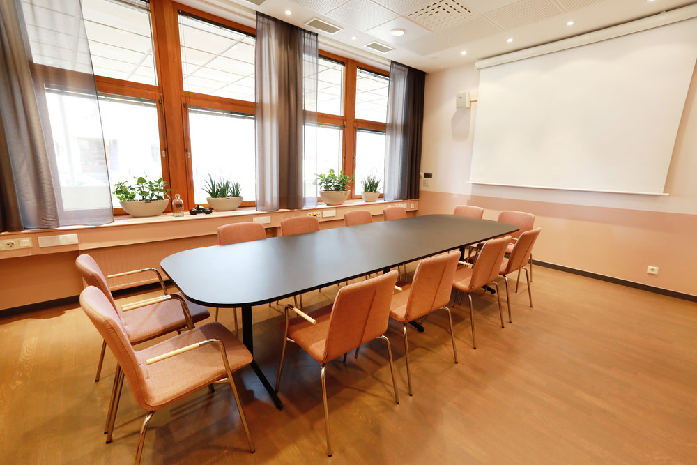Det ovala konferensbordet i Munsö är som gjort för interna samtal och viktiga möten.