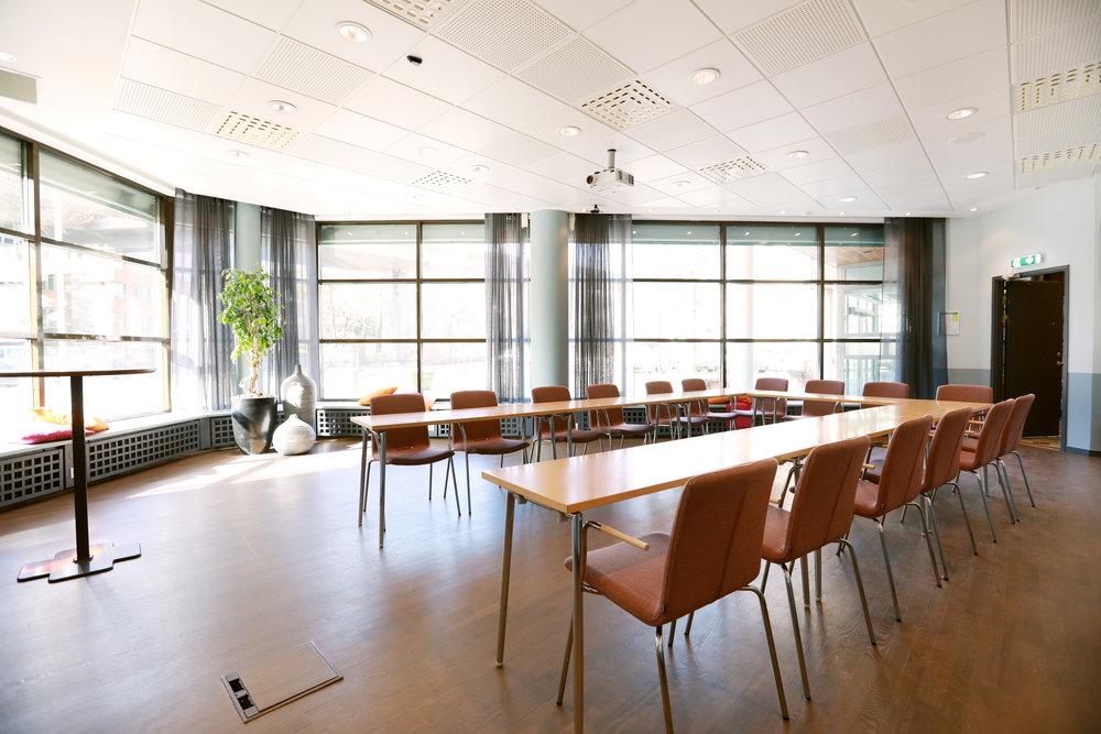 Björkö >40 personer  Den här trivsamma lokalen är som gjord workshop, seminarie eller utbildning. Rummet är fullt möblerbart och ligger precis intill huvudentrén.