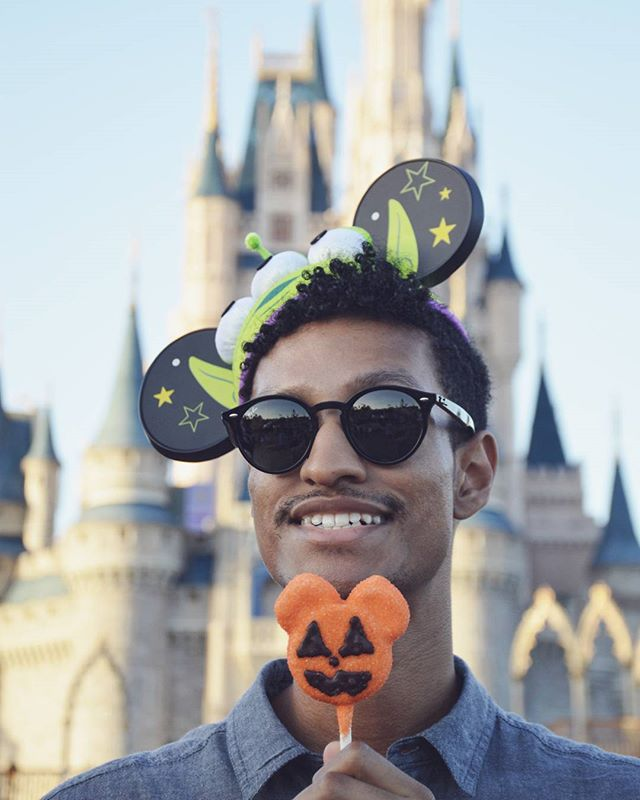 Happy Halloween!! Ugh Disney World was such an adventure. A place filled with Mickey shaped treats and parents screaming at their children. A truely magical place 🎃✨💀 . . . . . #happyhalloween #halloween2017 #disneyhalloween #disneyworld2017 #thehappiestplaceonearth #disneymagic #mickeyears #mouseears #cinderellacastle #magickingdom