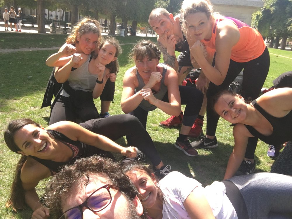 Saturday morning I gave my class in Jardin de Luxembourg. Great turn up as usual, here posing with a bunch of them. I must say, my warriors were freakin fierce!!!