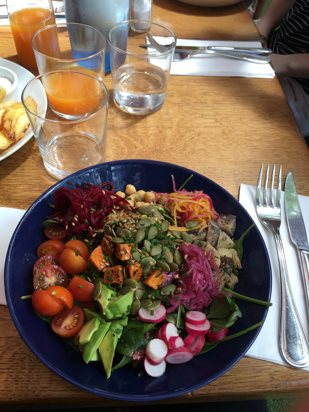 We had lunch at a great place in 90, Boulevard st. Germain called Lou Lou, here with my hippiebowl. Surprisingly good. Non vegan places in Paris usually serve you like a bowl of lettuce if you ask for something vegan.