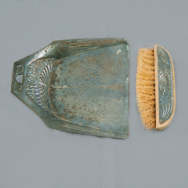 ODDS 'N' ENDS - ANTIQUE DUST PAN & BRUSH