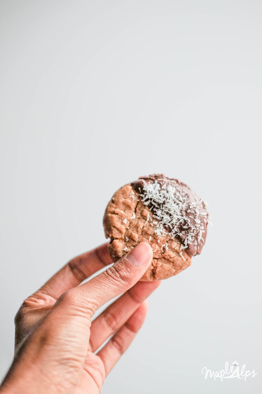 Peanut Butter Coconut Cookies (vegan) | www.maplealps.com