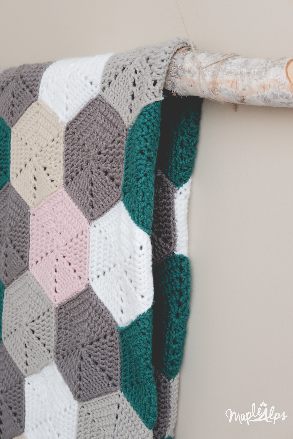 Modern Hexagon Afghan | www.maplealps.com