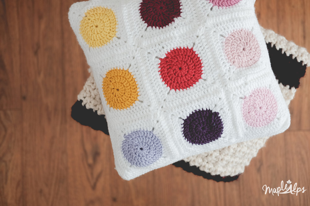 Hot & Cold Crochet Pillow | www.maplealps.com