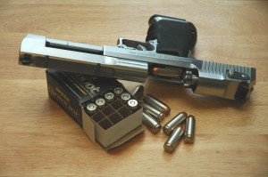 Desert_Eagle_beside_a_box_of_Speer_325_Grain_HP
