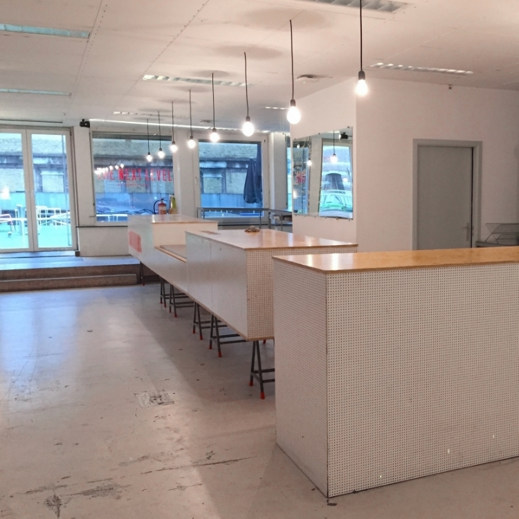 idealabs-coffeelabs-antwerp-antwerpen-rentaspace-creativehub-startups-meetingroom-desk-pitcharena