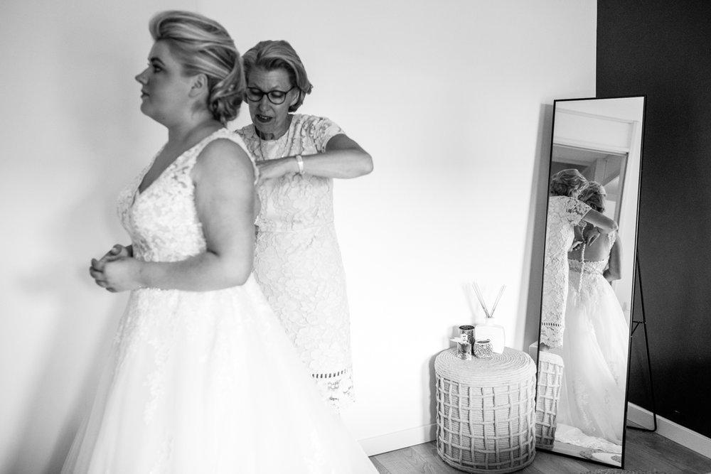 trouwfotografie aankleden bruid