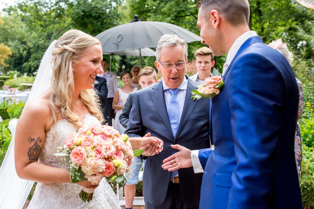 vader van de bruid geeft hand weg